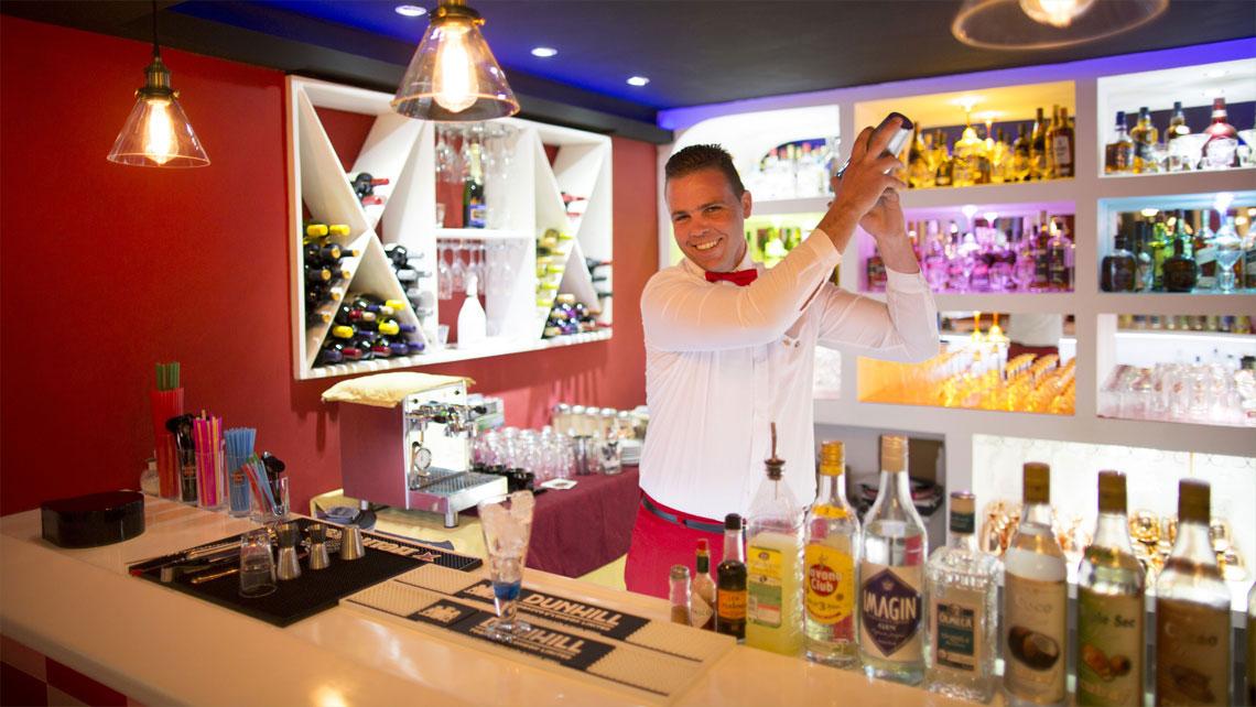 Bartender in Charlys restaurant, Viñales