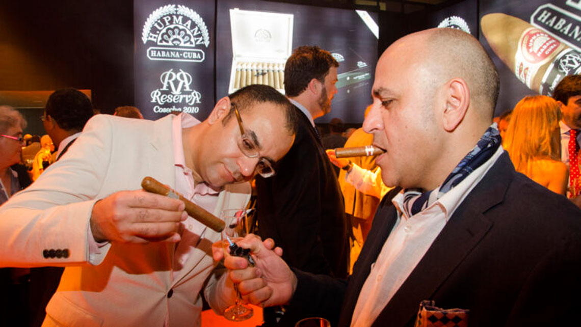 Cigars connoisseurs in Habanos Festival