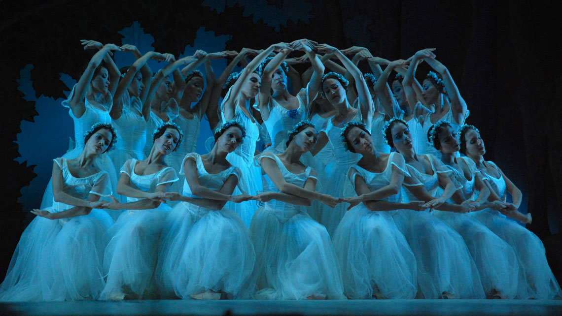 Ballerinas of Cuban National Ballet on the stage