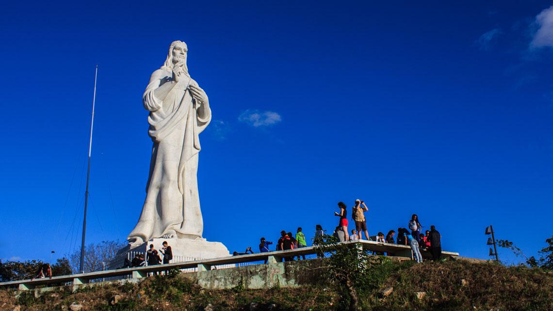 Tourists at the base of the statue Cristo de La Habana