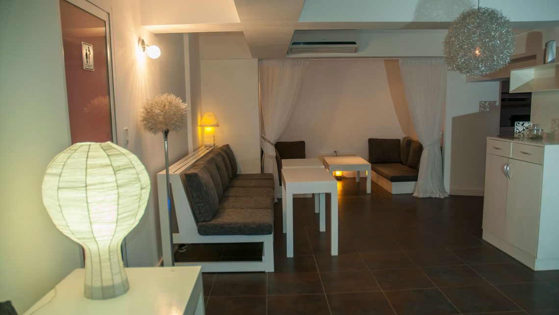 White decoration and cosy ambience in Azucar Lounge