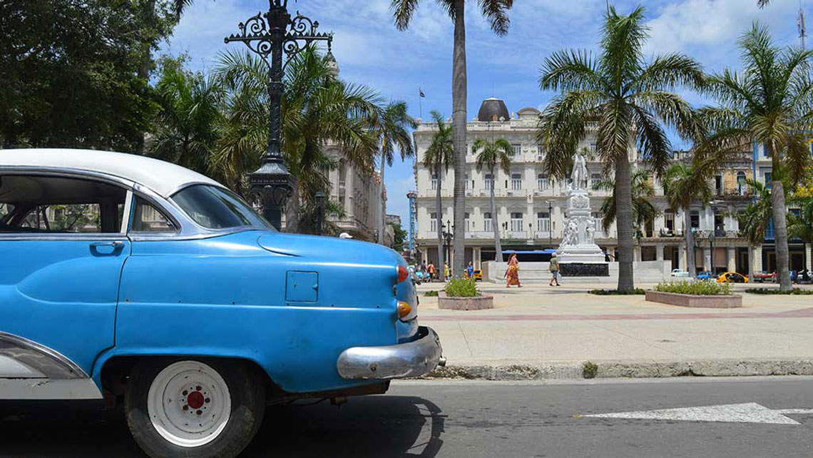 The back of a vintage american car passing near Parque Central