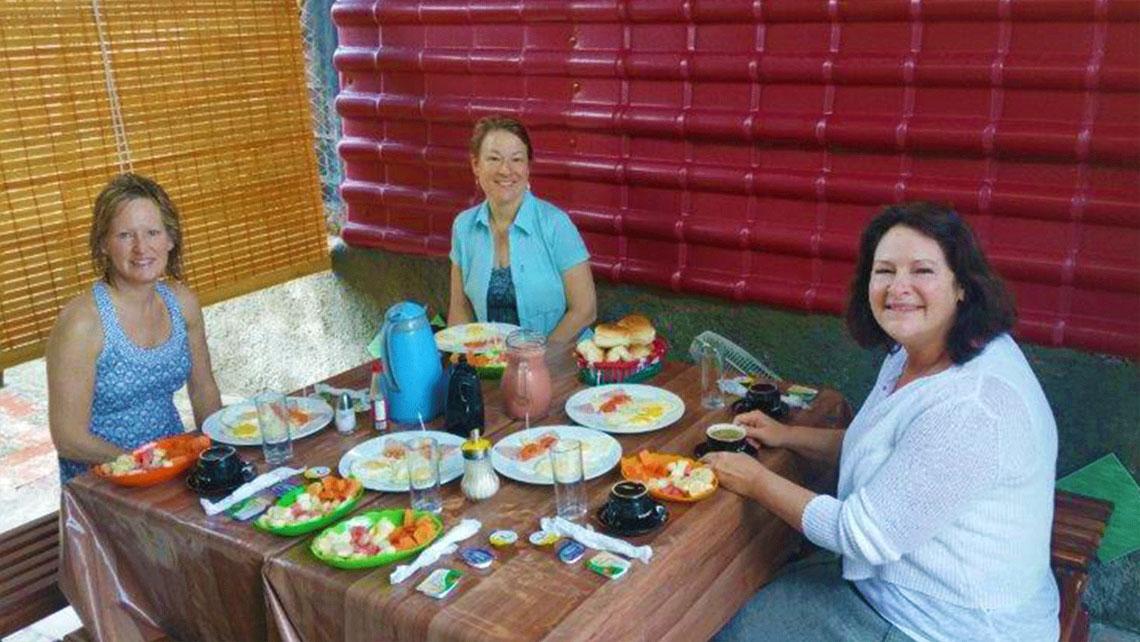 Women having lunch in a casa particular