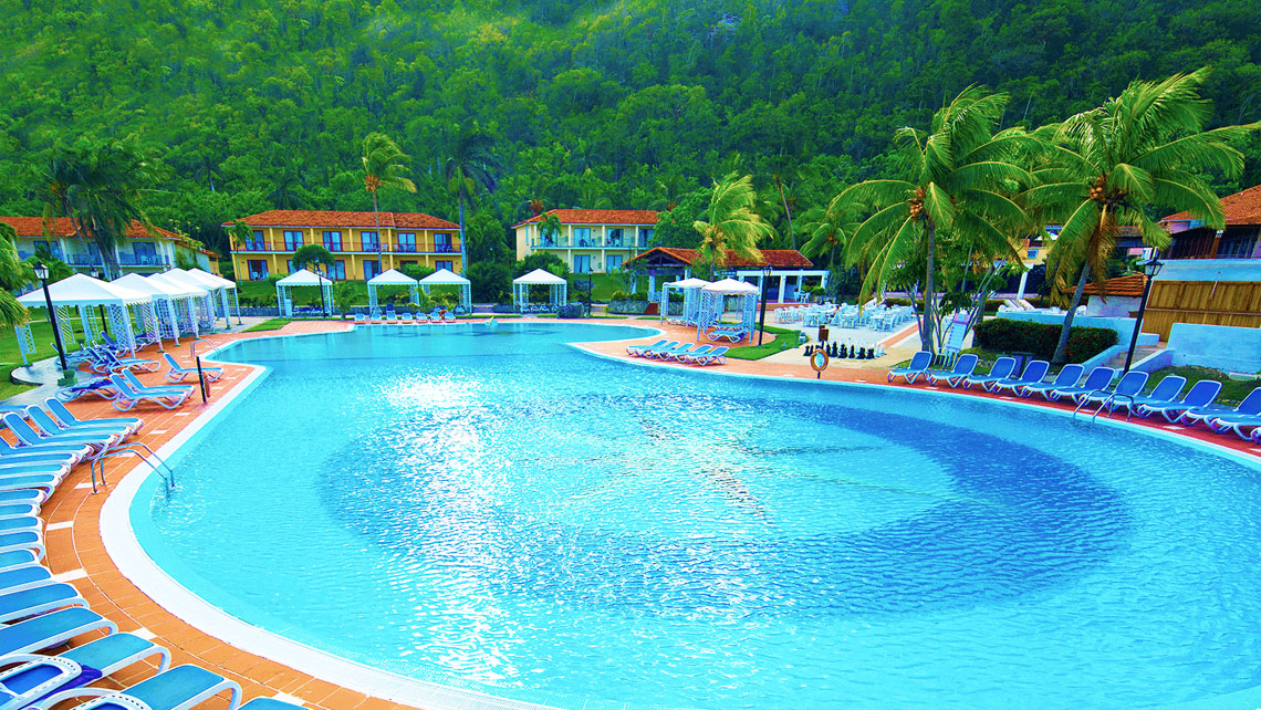 Panoramic view of the swimming pool at Memories Jibacoa hotel
