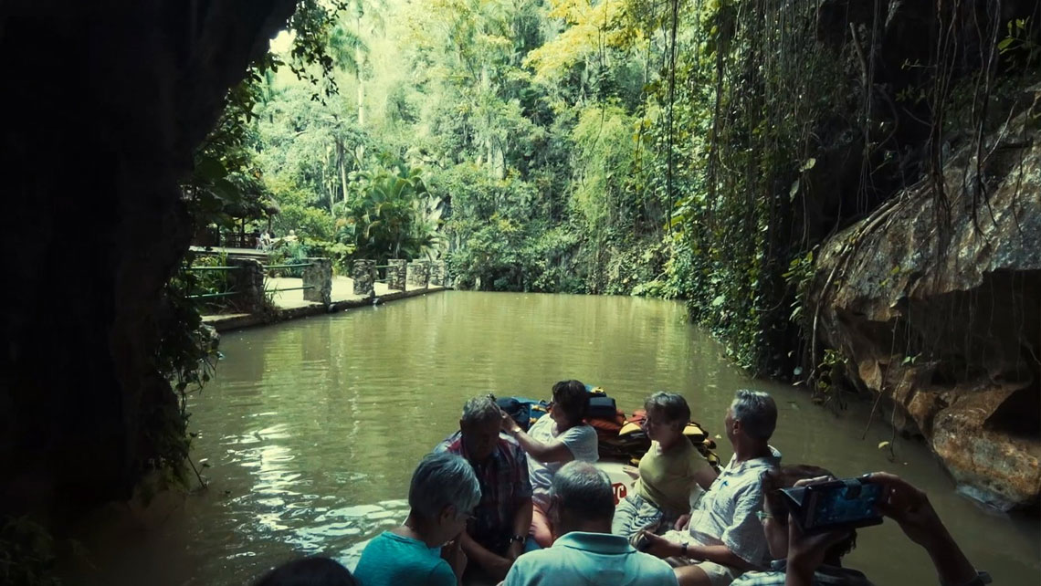 Tourists visiting Cueva del Indio by boat