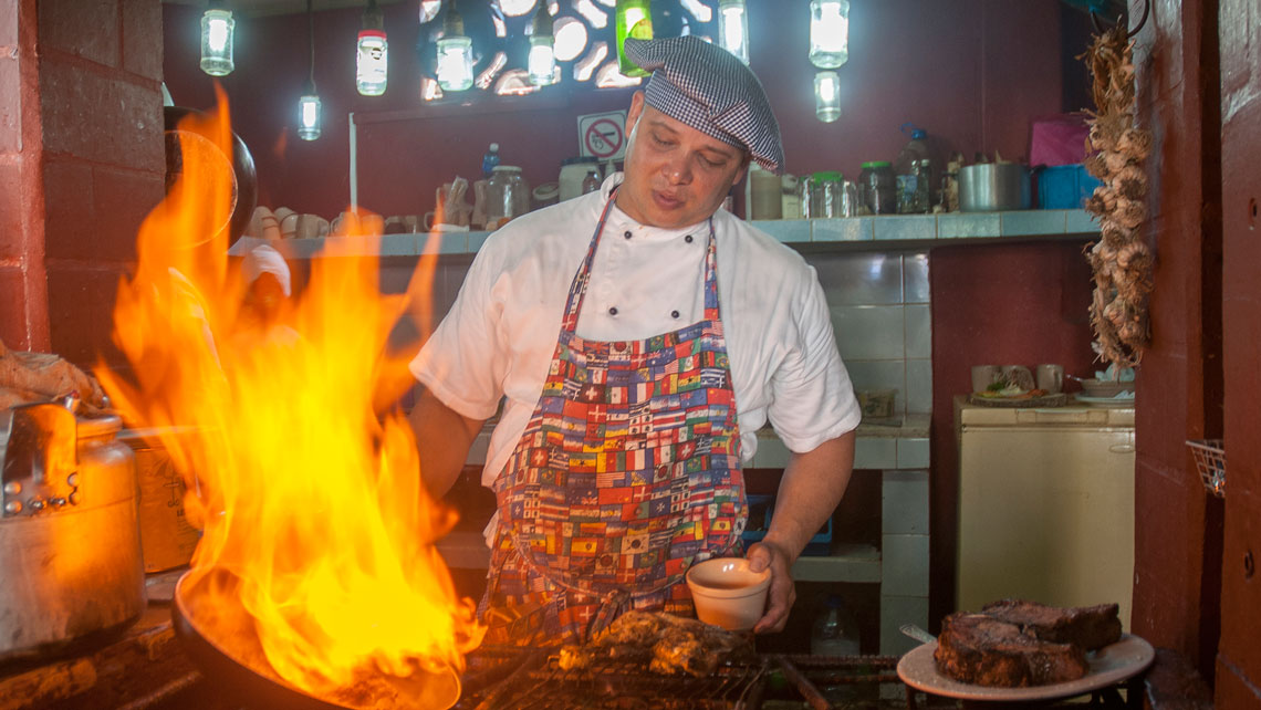 Chef cooking in Meson La Cuchipapa